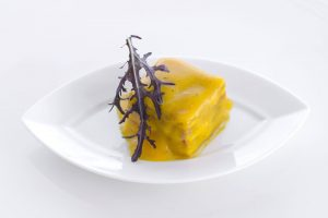 Battatuta di salmone con chantilly e foglia di senape