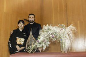 Mika Otani e Luca Gnizio autore del vaso della composizione